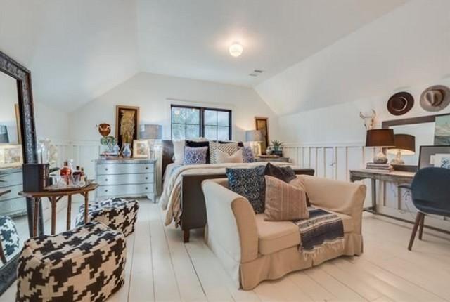 upstairs-master-bedroom-suite